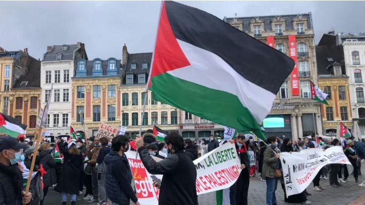 La banderole a été déployée lors d'une manifestation en soutien au peuple palestinien à Lille