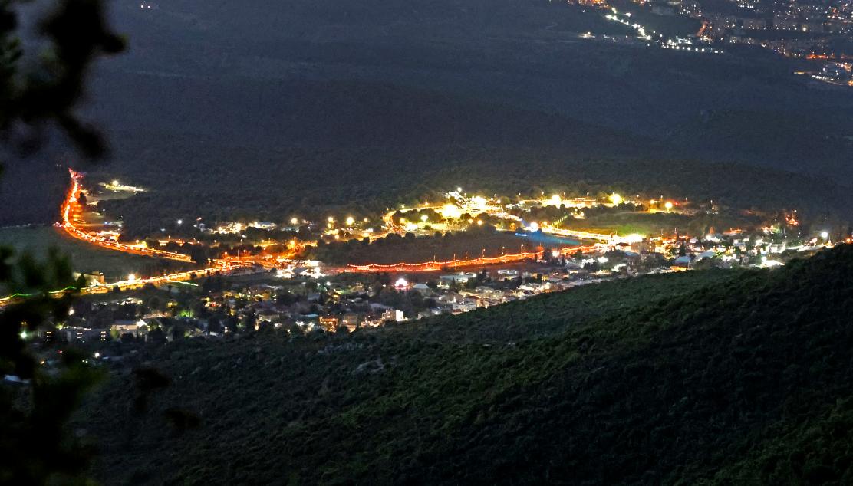 La ville de Meron, dans le nord d'Israël, scintille au crépuscule le 30 avril 2021
