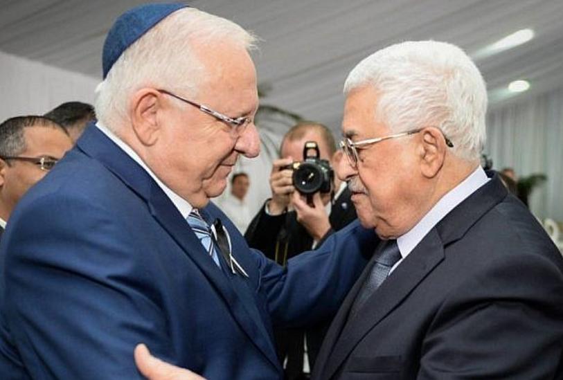 Le président Reuven Rivlin rencontre le président de l'Autorité palestinienne Mahmoud Abbas lors des funérailles de l'ancien président Shimon Peres au cimetière du mont Herzl à Jérusalem, le 30 septembre 2016