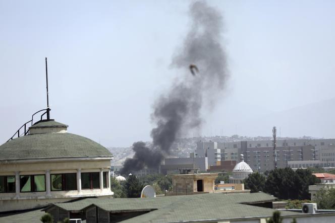 De la fumée s'échappe à proximité de l'ambassade américaine de Kaboul, enAfghanistan, dimanche15août.