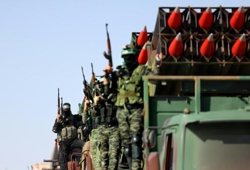 Des militants du Hamas exposent leur arsenal de roquettes lors d'un défilé dans la bande de Gaza peu après qu'un cessez-le-feu a mis fin à 11 jours de conflit meurtrier avec Israël