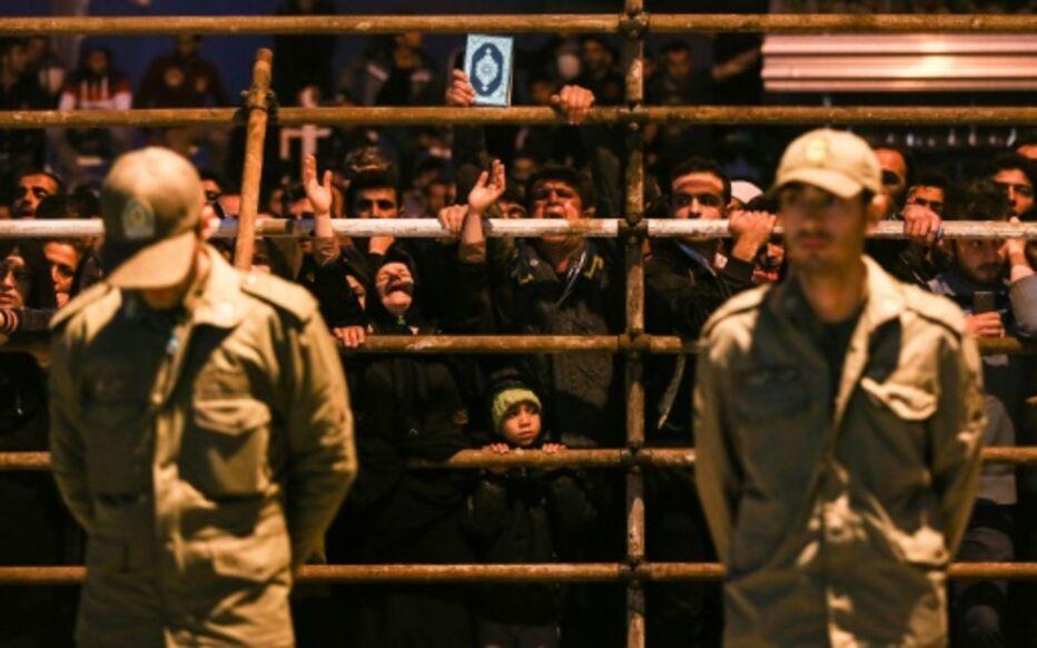 Des soldats surveillent une cérémonie d'exécution à Noor, dans le nord de l'Iran, le 15 avril 2014. AFP/ARASH KHAMOOSHI