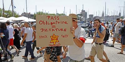 Contre le pass sanitaire : quels sont les principaux slogans et symboles des manifestants?