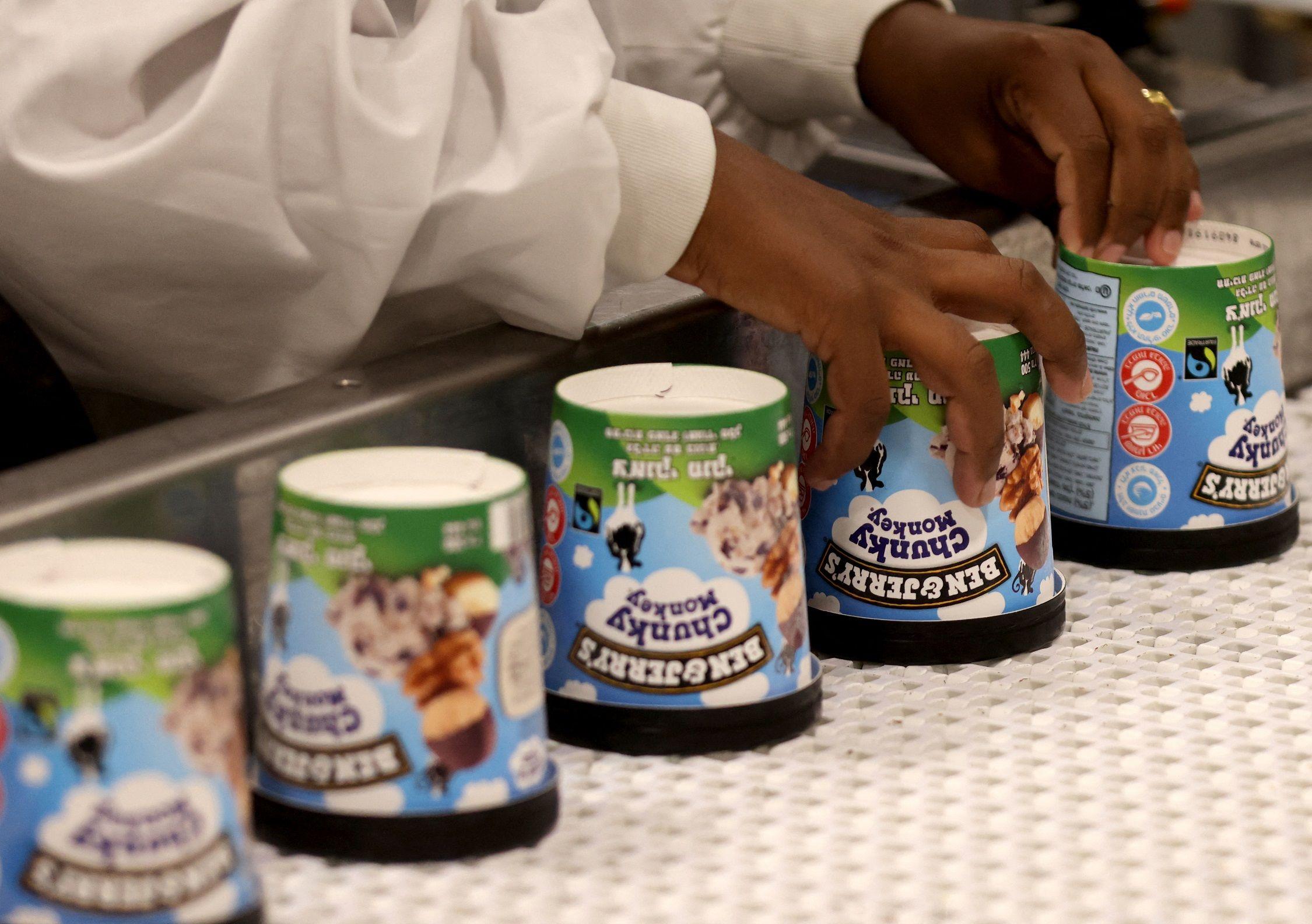 Production des pots de crème glacée à l'usine Ben & Jerry's de Beer-Touvia, dans le sud d'Israël, le 21 juillet 2021